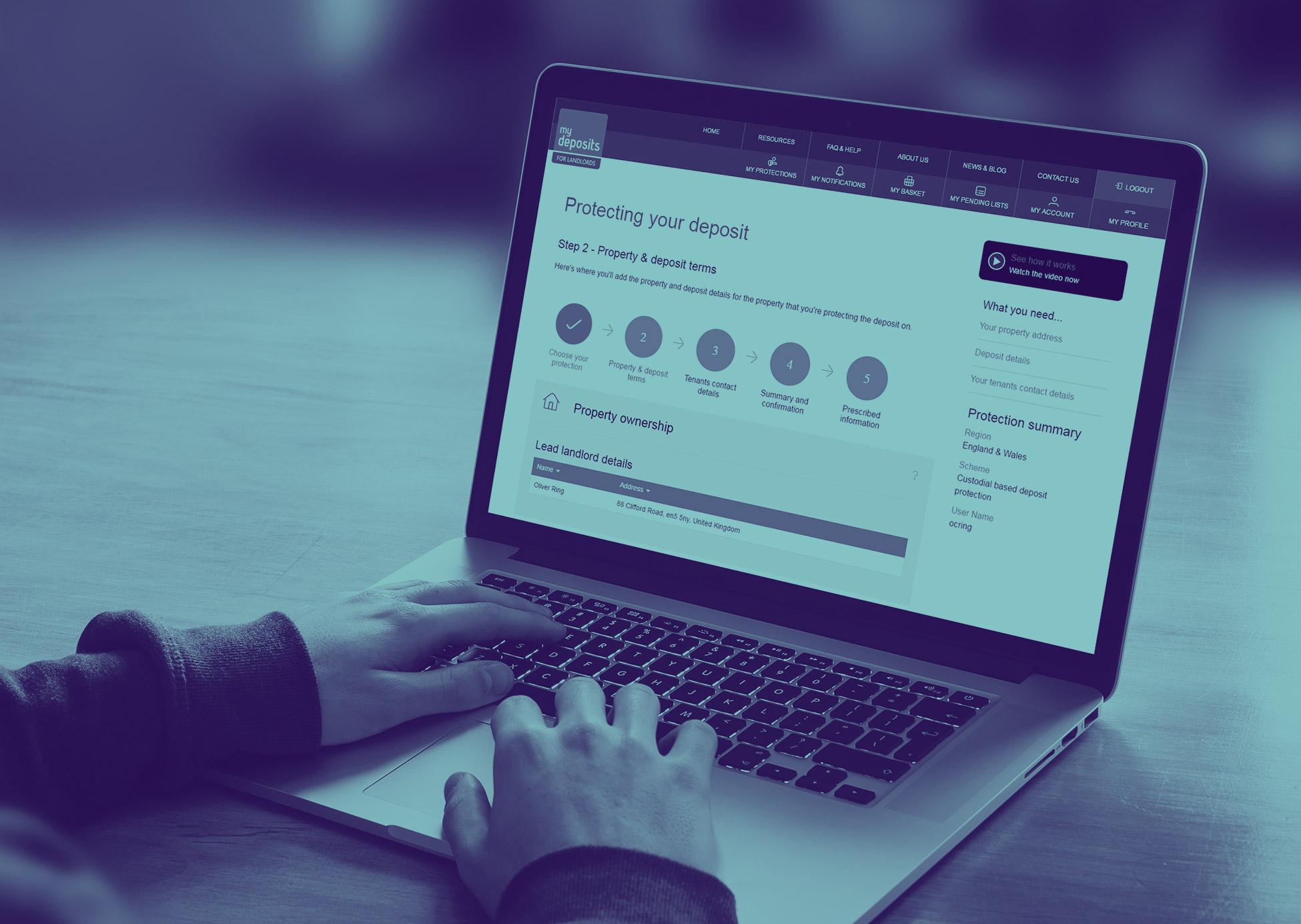 notebook com site de descontos aberto, mostrando que para um bom reconhecimento de marca, a logo deve estar no canto superior esquerdo