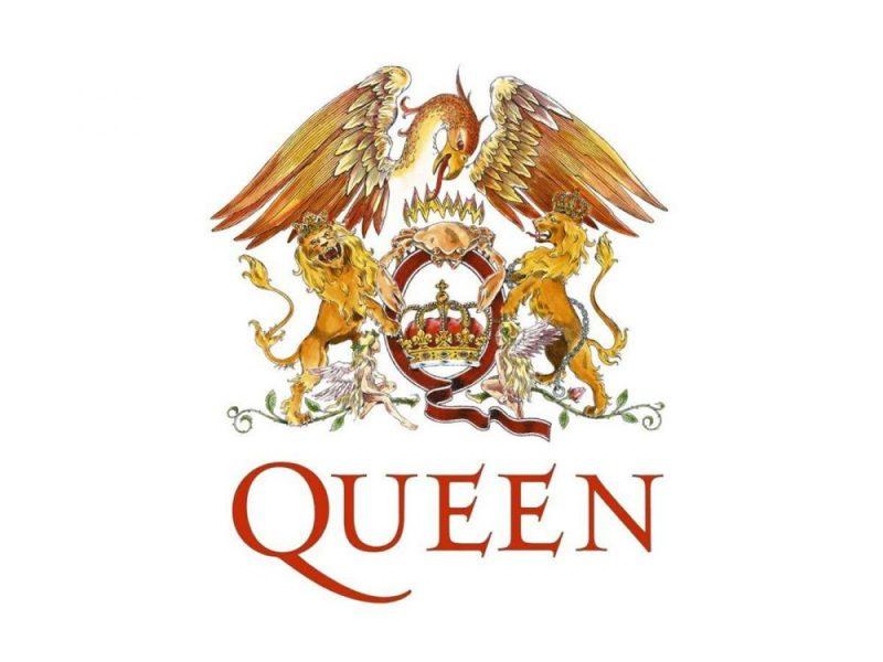 """O logotipo do Queen possui tons de vermelho, dourado e laranja. No meio da arte há uma fita vermelha e dourada que se curva para formar um Q. Dentro dela, Q há uma coroa tradicional em ouro e vermelho. Um caranguejo laranja rodeado por chamas se posiciona no topo do Q e dois leões coroados estão em cada lado do Q. O leão direito está olhando para o lado, enquanto o leão do lado esquerdo está virando para olhar os """"espectadores"""". Na parte inferior do Q, duas fadas loiras com asas apoiam-se em vinhas. Ao longo do topo do Q, vemos uma fênix ao longo de todo o logotipo. Abaixo da arte, está a palavra """"Queen"""". O nome da banda está em uma cor vermelho-laranja e está escrito em letras maiúsculas com serifas alongadas"""